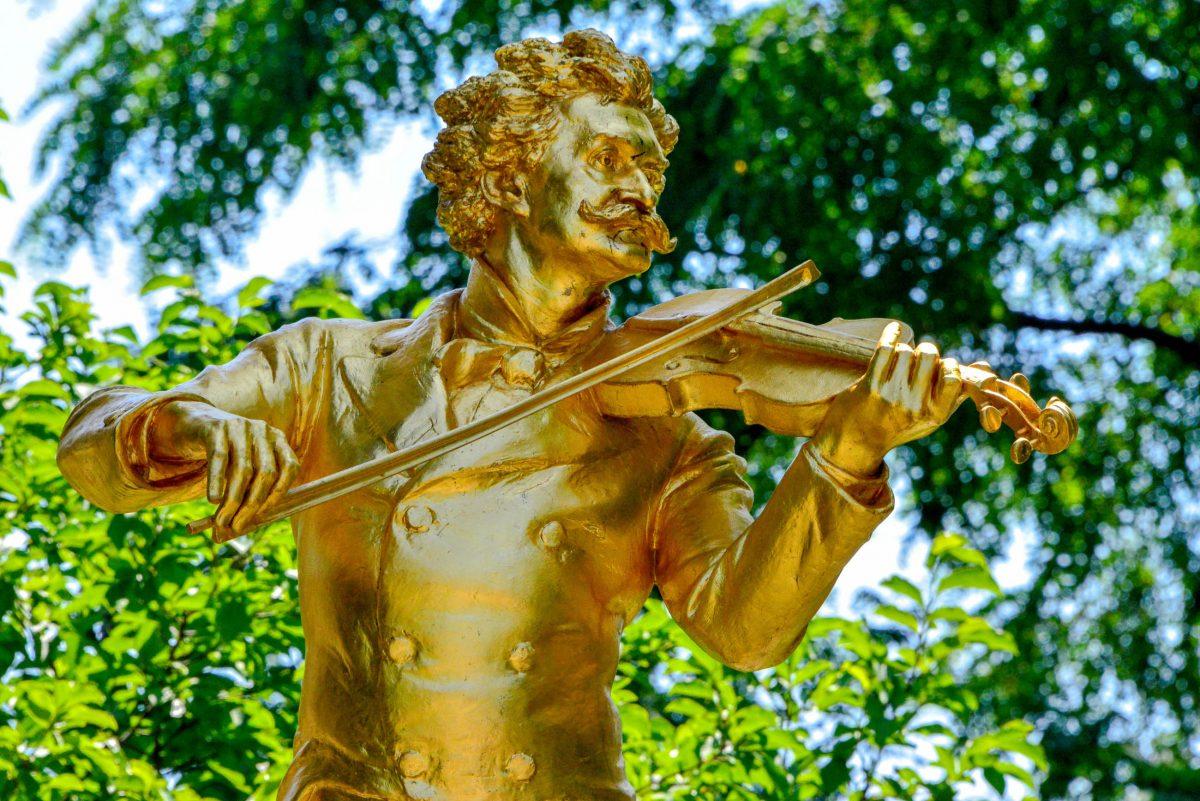 Der goldene Johann Strauss Sohn unter seinem prächtigen Marmorbogen im Stadtpark von Wien, Österreich, wurde von Edmund Hellmer entworfen und am 26. Juni 1921 enthüllt - © FRASHO / franks-travelbox
