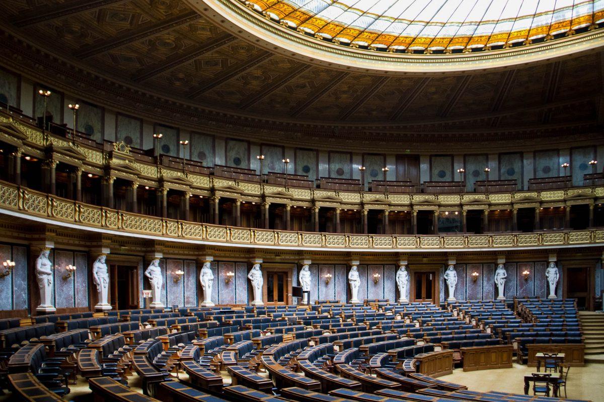 Der historische Sitzungssaal des Parlamaents in Wien wird nur für Staatsakte, bei denen beide Kammern des Parlaments anwesend sind, genutzt, Österreich - © TimothyMichaelMorgan/Shutterstock