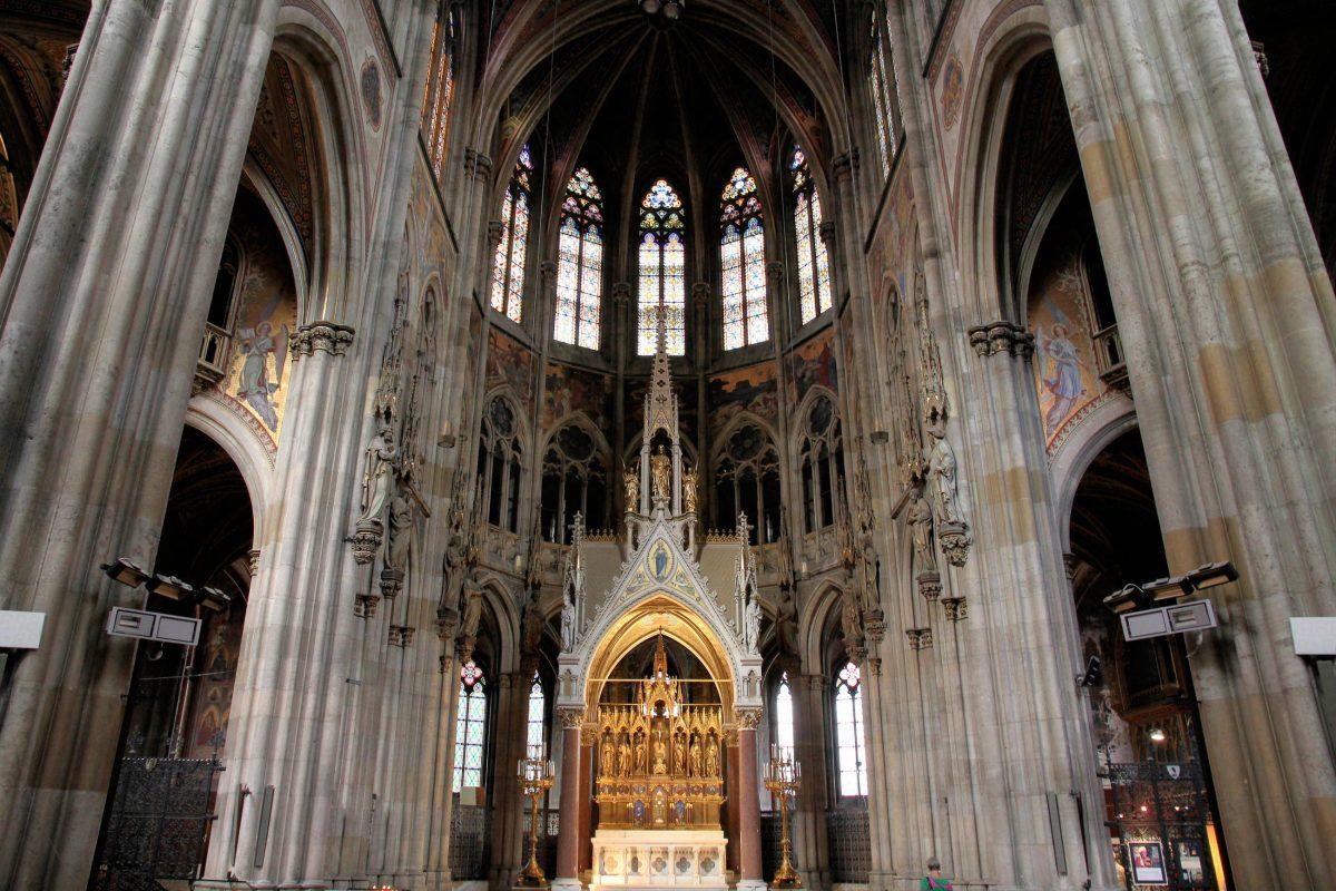 Der Hochaltar der Wiener Votivkirche wurde zum Teil von Papst Pius IX. gewidmet und in Rom gefertigt, Österreich - © Tupungato / Shutterstock