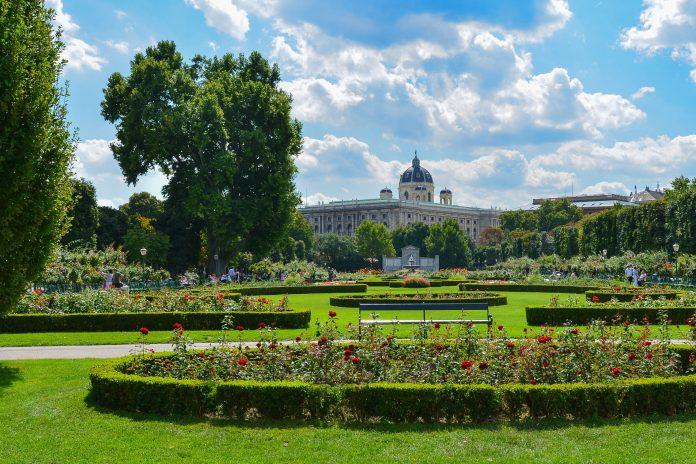 Der idyllische Volksgarten im Herzen von Wien kann über drei Zugänge am Burgtheater, Heldenplatz und gegenüber dem Parlament betreten werden, Österreich - © FRASHO / franks-travelbox