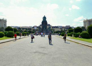 Der imposante Maria-Theresien-Platz mit dem prunkvollen Denkmal gehört an zu den meist frequentierten Plätzen Wiens, Österreich - © FRASHO / franks-travelbox
