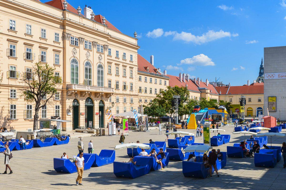 Der Innenhof des Museumsquartiers in Wien hat sich aufgrund der zahlreichen kulinarischen Angebote zu einem Freizeit- und Erholungsbereich entwickelt, Österreich - © FRASHO / franks-travelbox