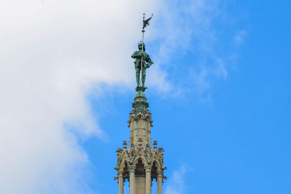 Der knapp 4 Meter hohe Rathausmann wurde von Alexander Nehr entworfen und ziert seit 21. Oktober 1882 die Turmspitze des Rathauses.in Wien, Österreich - © FRASHO / franks-travelbox
