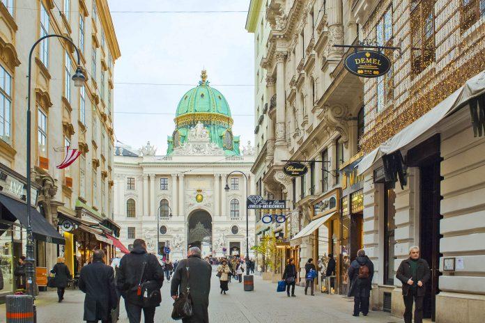 Der Kohlmarkt im ersten Bezirk ist mit seinen hochwertigen Shops die teuerste Einkaufsstraße von Wien, Österreich - © Kizel Cotiw-an / Shutterstock