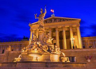 Der Pallas-Athene-Brunnen vor der säulenbewährten Eingangshalle des Parlaments in Wien, Österreich - © INTERPIXELS / Shutterstock