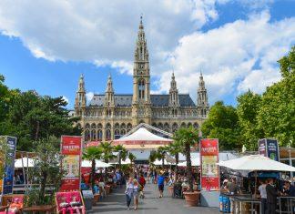 Der Platz vor dem Rathaus zählt zu den berühmtesten und meistbesuchten Plätzen von Wien. Das ganze Jahr über ist hier ständig etwas los, Österreich - © FRASHO / franks-travelbox