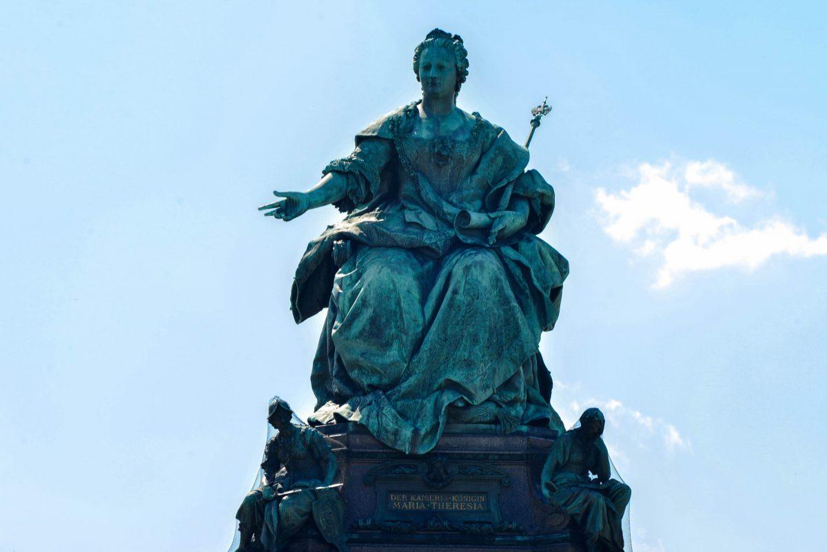 Die 6m hohe Statue am Maria-Theresien-Platz erinnert an die Kaiserin, die in Wien von 1740 bis 1780 regierte, Österreich - © FRASHO / franks-travelbox
