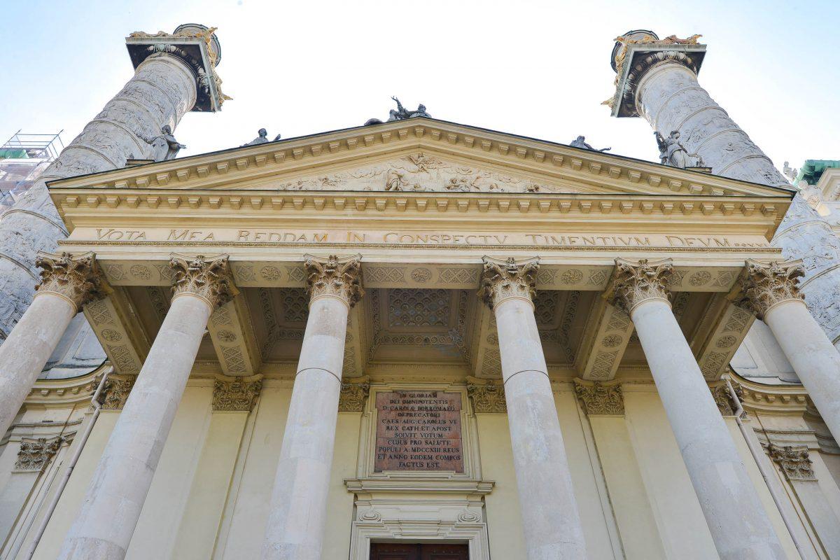 Die beiden 33m hohen Reliefsäulen links und rechts des Eingangsportals der Karlskirche in Wien, Österreich, erinnern an die Hagia Sophia in Istanbul - © FRASHO / franks-travelbox