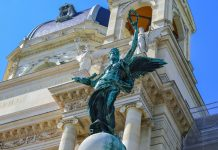 Die beiden Architekten Carl von Hasenauer und Gottfried Semper, der auch die Semper-Oper in Dresden errichtete, wurden 1870 offiziell mit dem Bau des Kunst- und des Naturhistorischen Museums betraut, Wien - © FRASHO / franks-travelbox