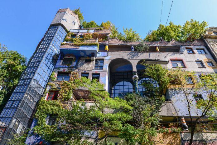Die farbenprächtige Fassade und das außergewöhnliche Interieur des Hundertwasserhauses in der Wiener Kegelgasse wurde komplett vom berühmten Künstler Friedensreich Hundertwasser gestaltet - © FRASHO / franks-travelbox