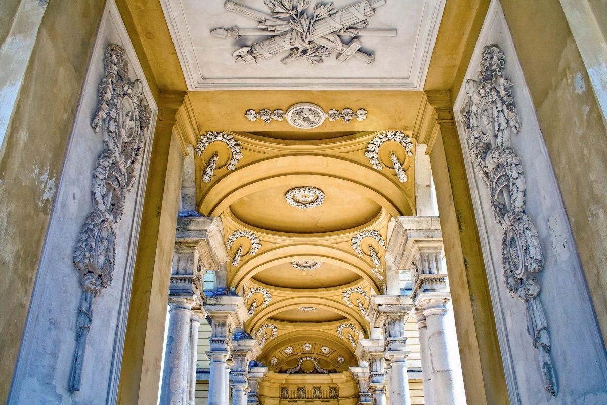Die Gloriette fungiert heute noch als Blickfang und Aussichtspunkt und ist zu einem bekannten Wahrzeichen von Wien geworden, Österreich - © Dundanim / Shutterstock