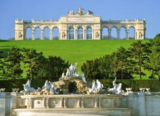 Die Gloriette im Schlossgarten von Schloss Schönbrunn, Wien, Österreich - © lucazzitto / Fotolia