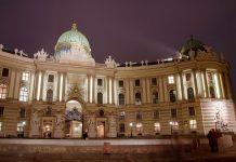 Die Hofburg am Heldenplatz zählt sowohl historisch als auch künstlerisch zu den bedeutendsten Bauten Wiens, Österreich - © Sandra Kemppainen / Shutterstock