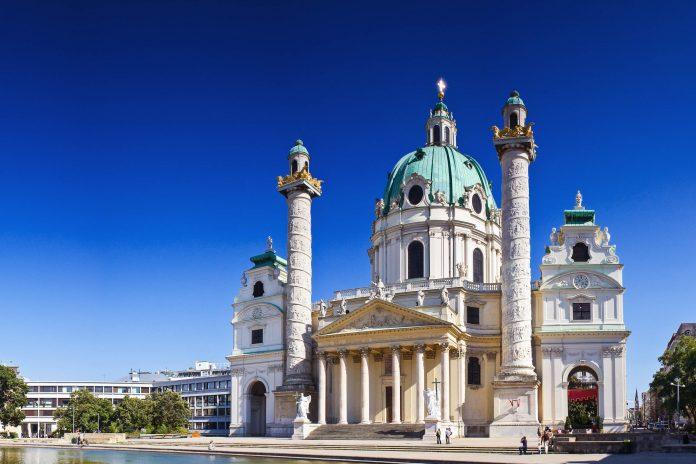 Die Karlskirche in Wien gilt neben dem Schloss Schönbrunn als Meisterwerk des Hofarchitekten Fischer von Erlach, Österreich - © Matthew Dixon / Shutterstock