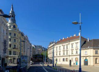 Die Mariahilfer Straße zwischen Museumsquartier und Technischem Museum ist die größte und bekannteste Shopping-Meile Wiens, Österreich - © Gugerell CC0 1.0/Wiki