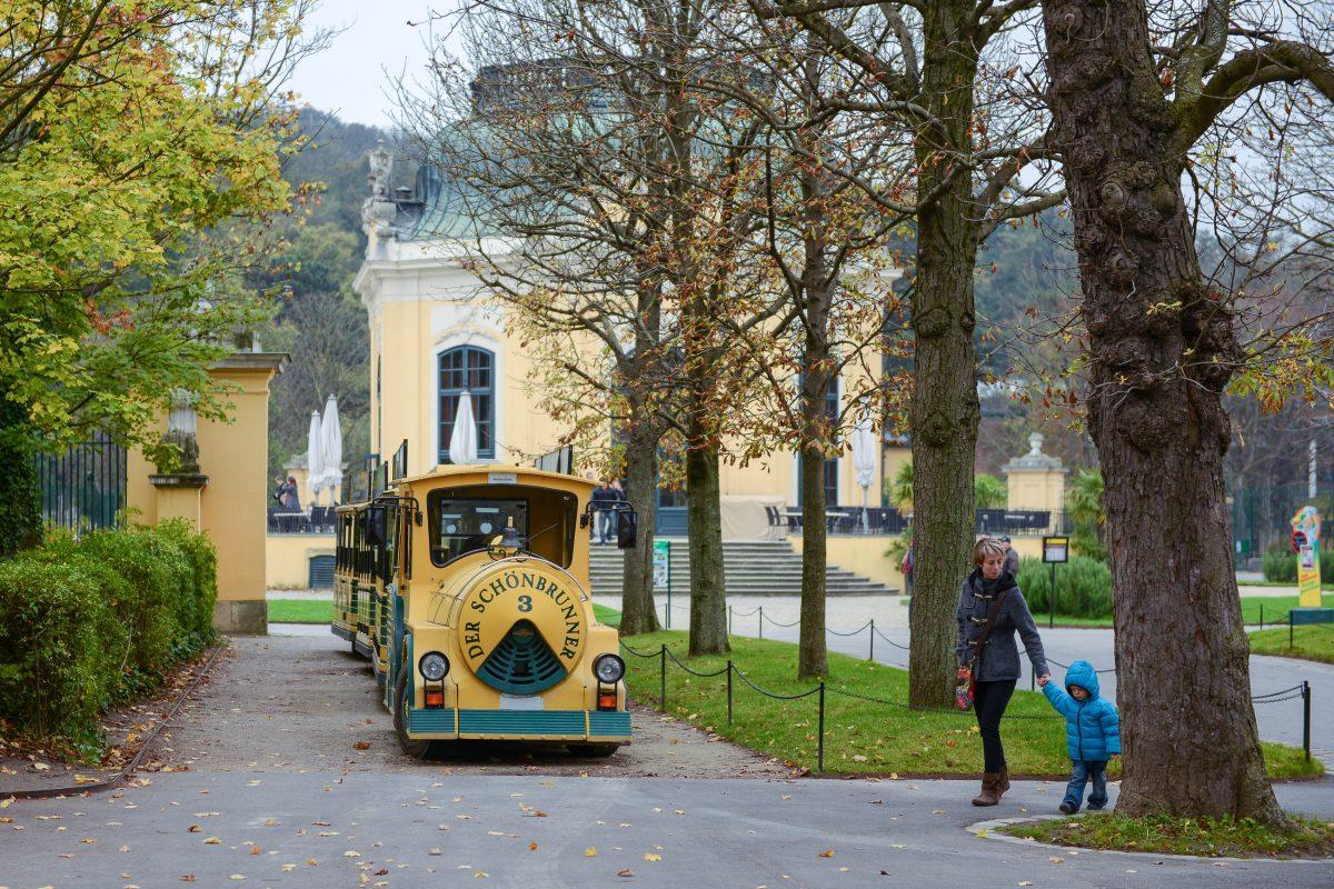 Die Panoramabahn durch das Gelände des Schlosses Schönbrunn macht auch im Tiergarten Halt, Wien, Österreich - © James Camel / franks-travelbox