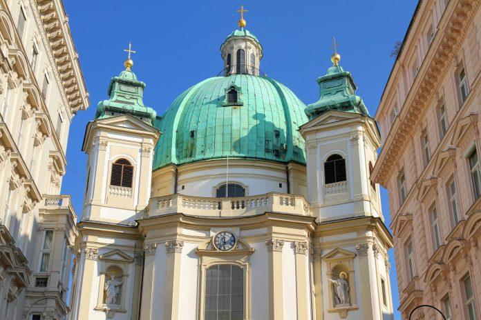 Die Peterskirche am gleichnamigen Platz wird von Experten heute noch zu den schönsten Barockkirchen von Wien gezählt, Österreich - © Spectral-Design / Shutterstock