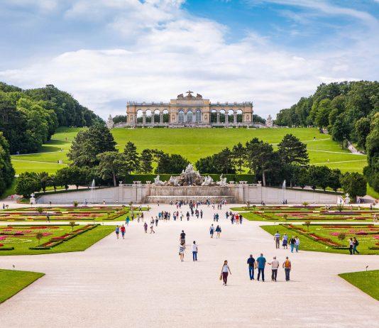Die prachtvolle Anlage des Schlosses Schönbrunn in Wien wird durch den überwältigenden Schlossgarten vervollständigt, Österreich - © canadastock / Shutterstock
