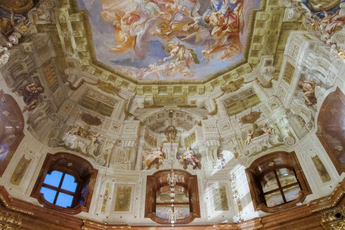 Die prunkvolle Decke im Schloss Belvedere beeindruckt jeden Besucher, Wien, Österreich - © FRASHO / franks-travelbox