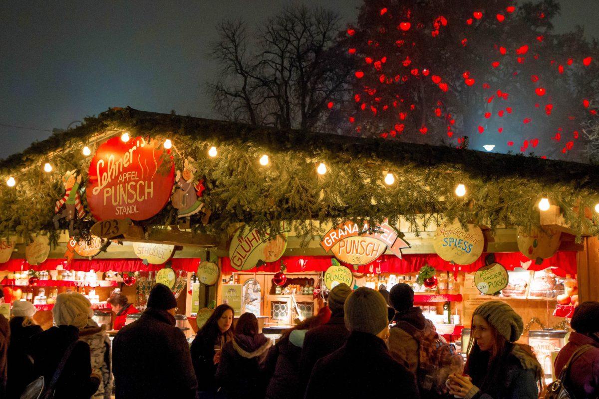Die Punschstände zählen zu den Kern-Attraktionen auf allen Wiener Weihnachtsmärkten, Österreich - © ZRyzner / Shutterstock
