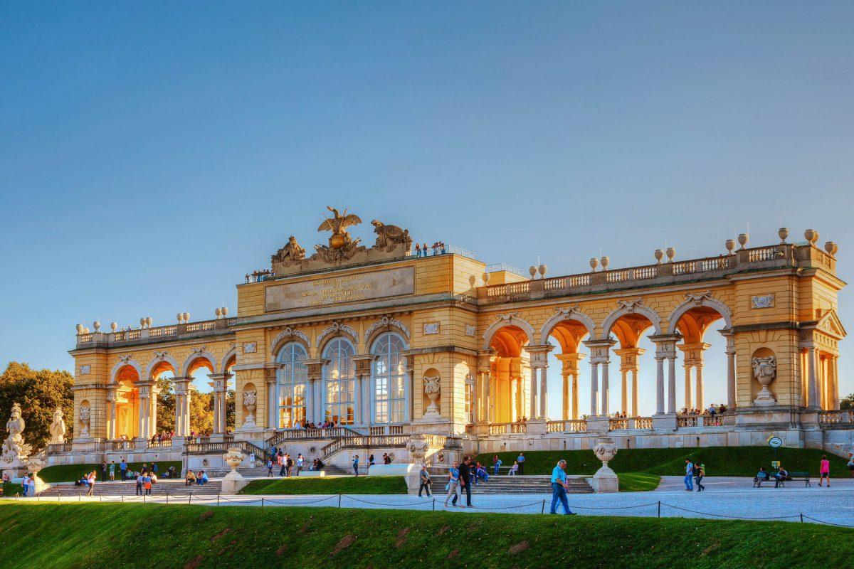 Die Räumlichkeiten in der Schönbrunner Gloriette dienten einst schon dem österreichischen Kaiser Franz Joseph I. als Fest- und Speisesaal, Wien, Österreich - © photo.ua / Shutterstock