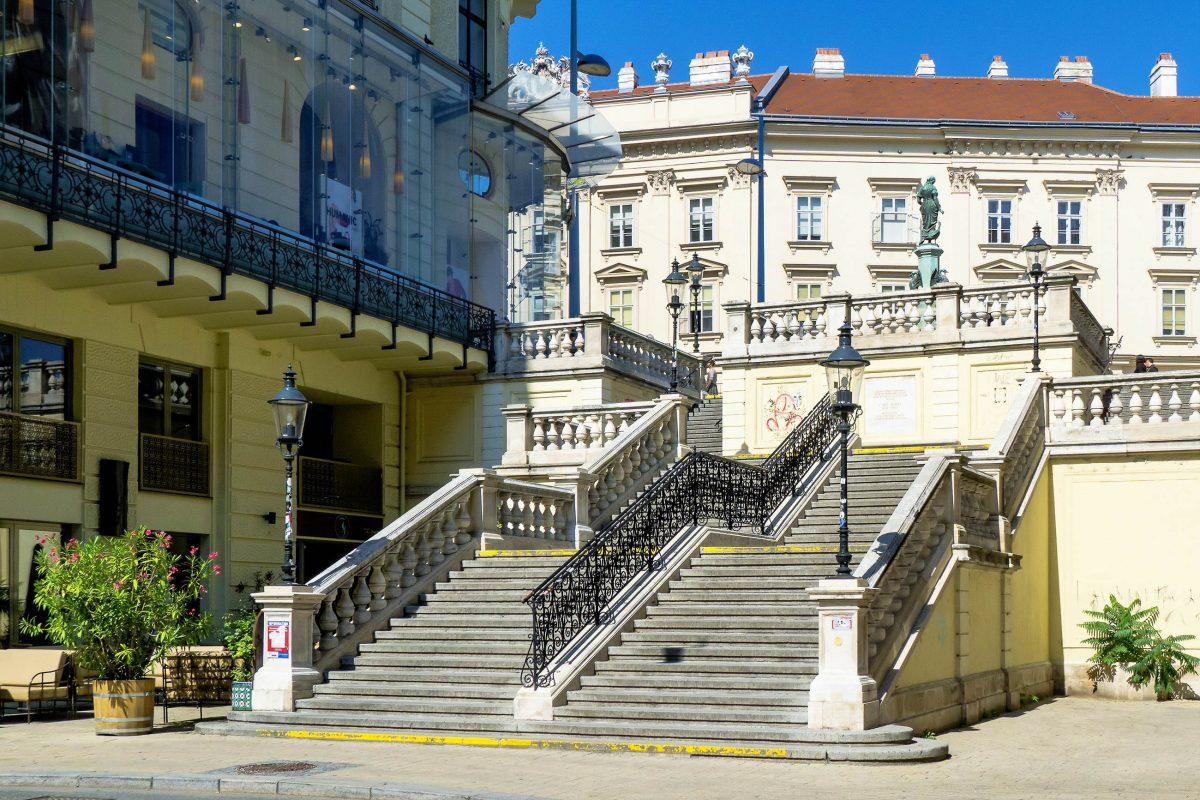 Die Rahlstiege führt von der Mariahilfer Straße am Gänsemädchenbrunnen vorbei zur gut 6m tiefer gelegenen Rahlgasse, Wien, Österreich - © Gugerell CC0 1.0/Wiki