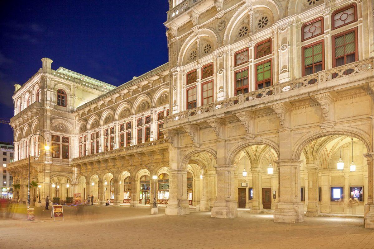 Die Staatsoper am Wiener Opernring liegt am Ende Kärntner Straße und ist nicht nur aufgrund ihrer Aufführungen sehenswert, Österreich - © graphia / Shutterstock