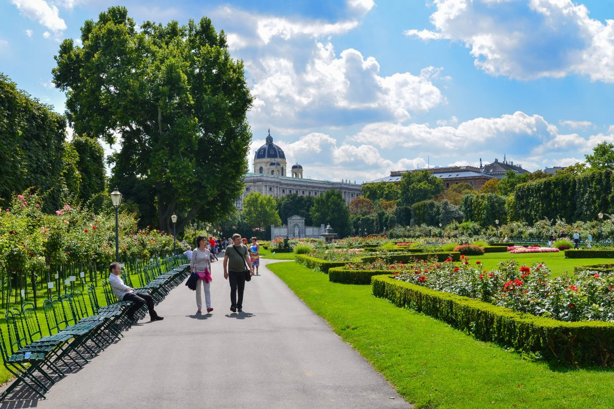 Die streng geometrischen Wege durch den Volksgarten deuten heute noch auf die damalige Wichtigkeit hin, die Besucher zu überwachen, Wien, Österreich - © FRASHO / franks-travelbox