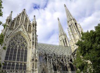 Die Votivkirche in Wien thront als neugotisches Meisterwerk an der Station Schottentor neben der Wiener Haupt-Uni, Österreich - © Mesut Dogan / Shutterstock