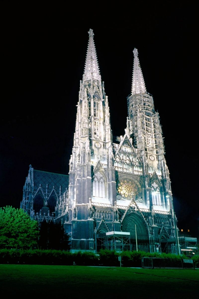 Die Votivkirche wurde im 19. Jahrhundert als Dank für das missglückte Attentat auf Kaiser Franz Joseph I. erreichtet, Wien, Österreich - © julius fekete / Shutterstock