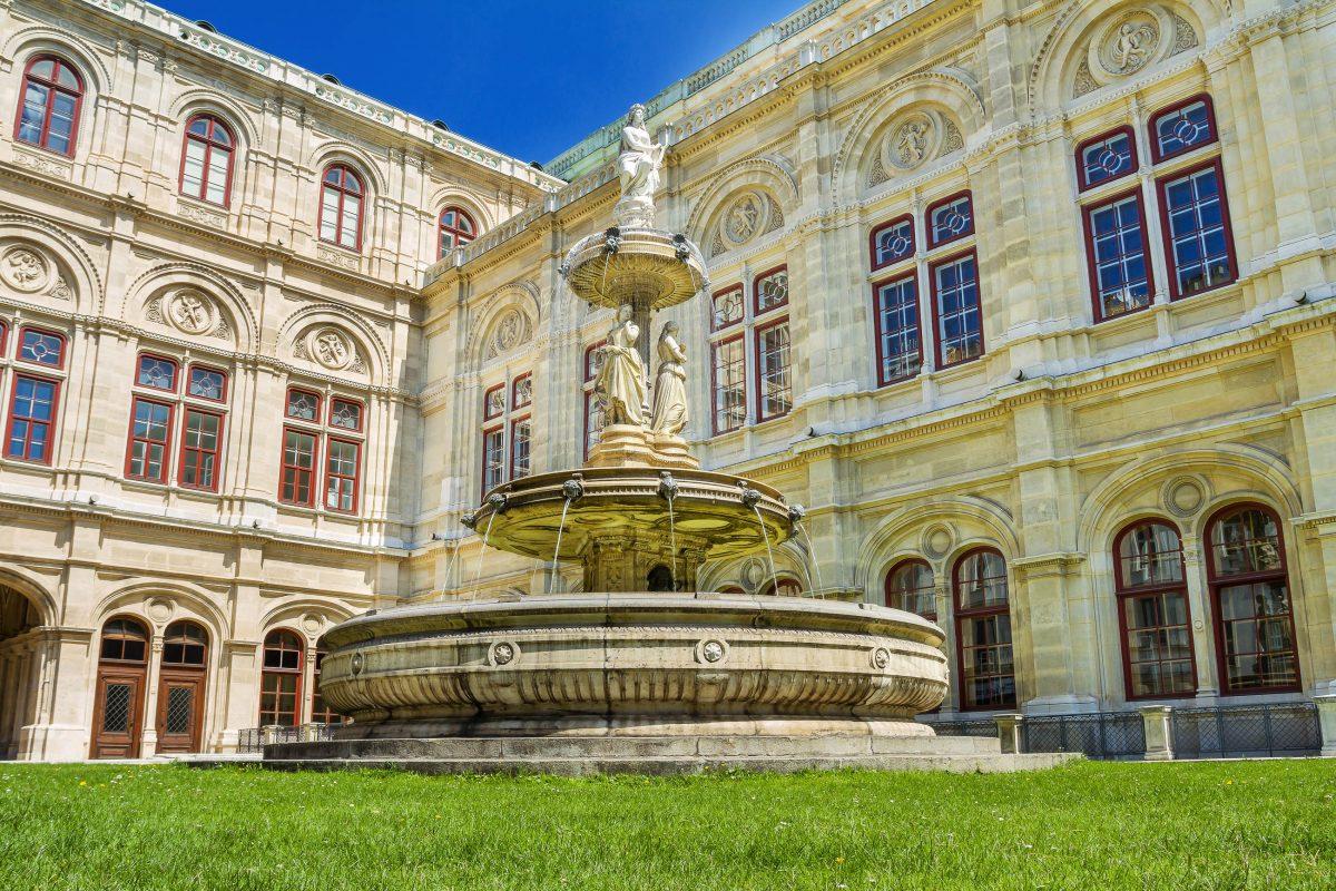 Die Wiener Staatsoper geht auf Kaiser Leopold I. zurück, der im 17. Jahrhundert die Wiener Hofoper gründete, Österreich - © Sergey Karpov / Shutterstock