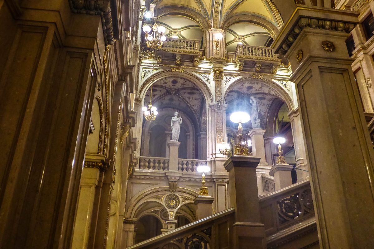 Die Wiener Staatsoper strotzt im Foyer, an der Haupttreppe, im Marmorsaal, im Schwindfoyer und im Gustav-Mahler-Saal nur so vor prunkvollen Verzierungen, Österreich - © Lila Pharao / franks-travelbox