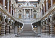 Die zentrale Haupttreppe in der Empfangshalle des Justizpalastes in Wien führt zu einer imposanten Statue der Justitia, der Göttin der Gerechtigkeit, Österreich - © FRASHO / franks-travelbox
