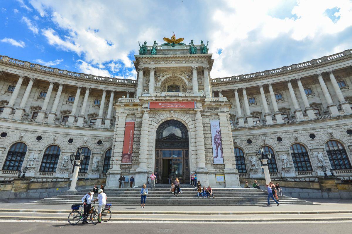 Eingangsportal zur Neuen Burg in der Wiener Hofburg, in der sich zahlreiche Museen und die österreichische Nationalbibliothek befinden - © FRASHO / franks-travelbox