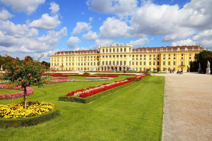 Gemeinsam mit seinem herrlichen Schlossgarten stellt das Schloss Schönbrunn in Wien ein perfektes Gesamtkunstwerk von historischer Bedeutung dar, Österreich - © Tupungato / Shutterstock