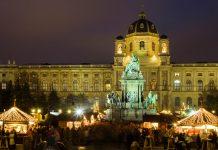 Gospelchöre und Turmbläser sorgen am Weihnachtsmarkt am Maria-Theresien-Platz oft für feierliche Untermalung, Wien, Österreich - © Renata Sedmakova / Shutterstock