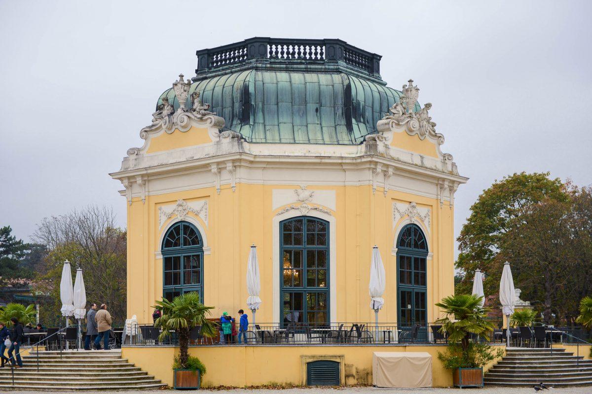 Im Jahrhunderte alten Kaiser-Pavillon im Schönbrunner Tiergarten in Wien können die Zoobesucher in imperialem Ambiente speisen, Österreich - © James Camel / franks-travelbox