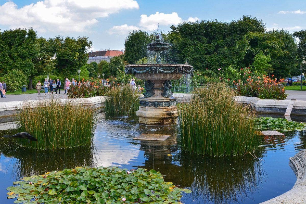 Im Lauf der Jahre wurde der Volksgarten erweitert, verschönert und ausgebaut und mit zahlreichen hübschen Bauten, Brunnen und Denkmälern versehen, Wien, Österreich - © FRASHO / franks-travelbox