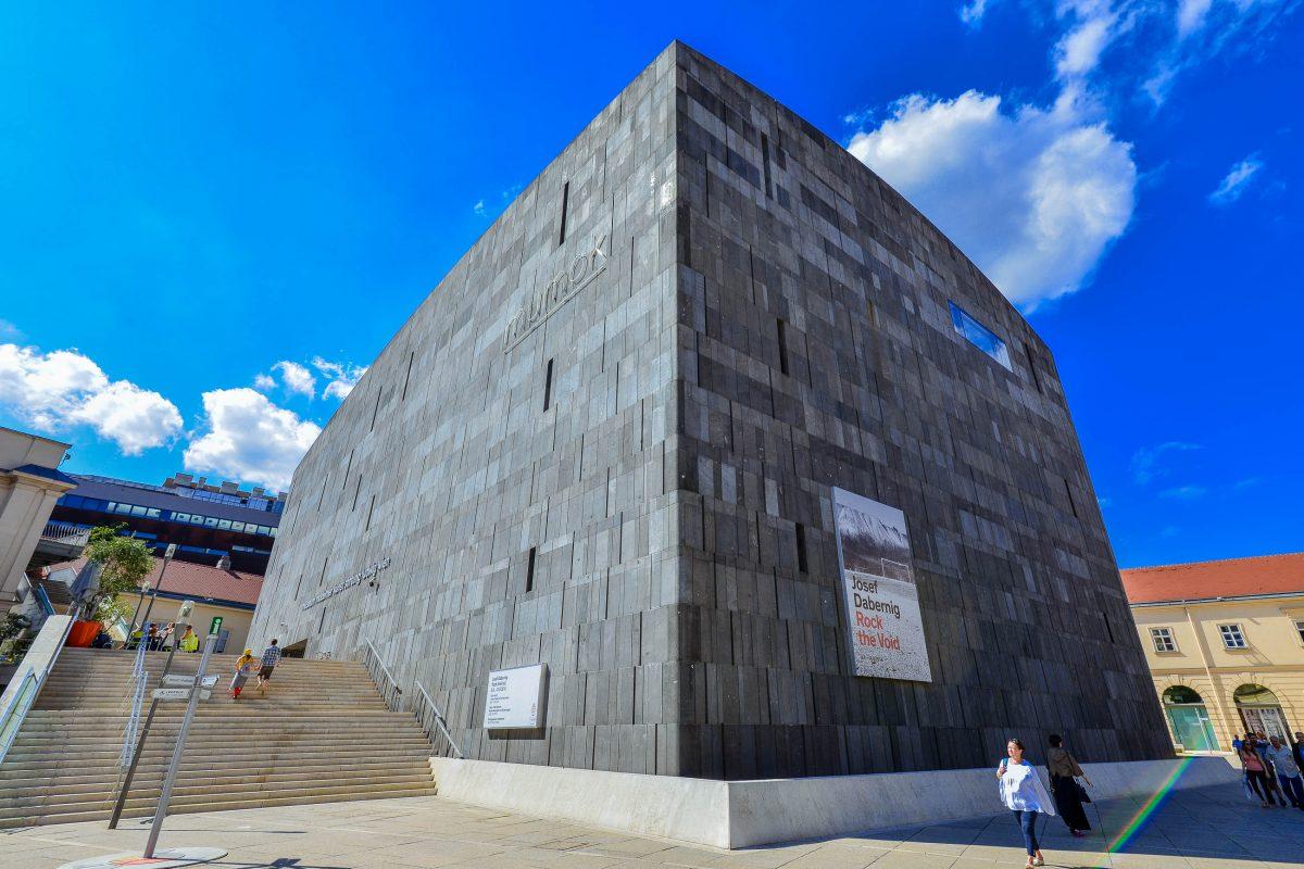 Im Museum Moderner Kunst (MUMOK) werden Ausstellungsstücke unter anderem von Andy Warhol, Pablo Picasso und Yoko Ono präsentiert, Wien, Österreich - © FRASHO / franks-travelbox