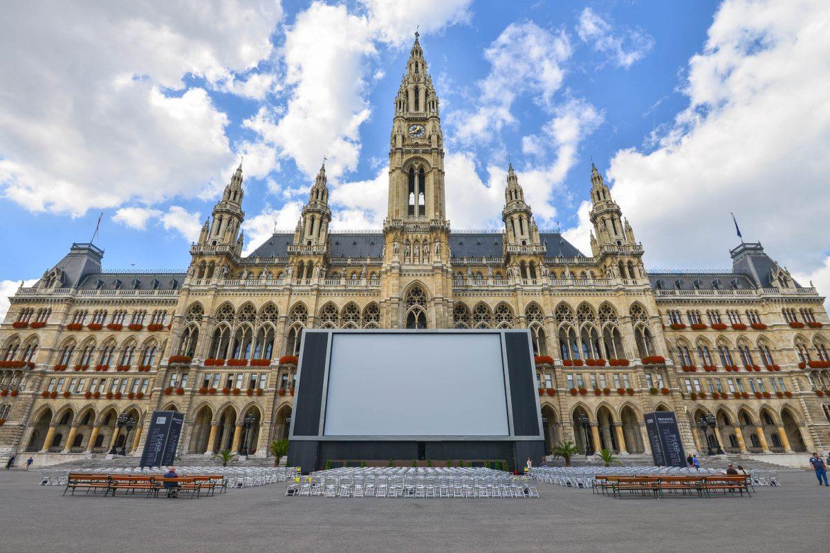 Im Sommer locken Filmfestival und Sommerkino die Massen vor das Rathaus, wenn auf einer riesigen Leinwand bei freiem Eintritt Musik- und Filmdarbietungen gezeigt werden, Österreich - © FRASHO / franks-travelbox