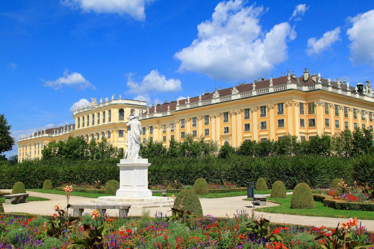 In dem im 17. Jahrhundert erbauten Schloss Schönbrunn in Wien residierten bereits Kaiser Leopold I., Maria Theresia, Napoleon und Kaiser Franz Joseph I mit seiner Kaiserin Sissi, Österreich - © SASIMOTO / Shutterstock