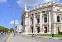 Karl Freiherr von Hasenauer entwarf die eindrucksvolle Fassade des Burgtheaters, das nach einem Brand im Jahr 1955 restauriert wurde, Wien, Österreich - © FRASHO / franks-travelbox