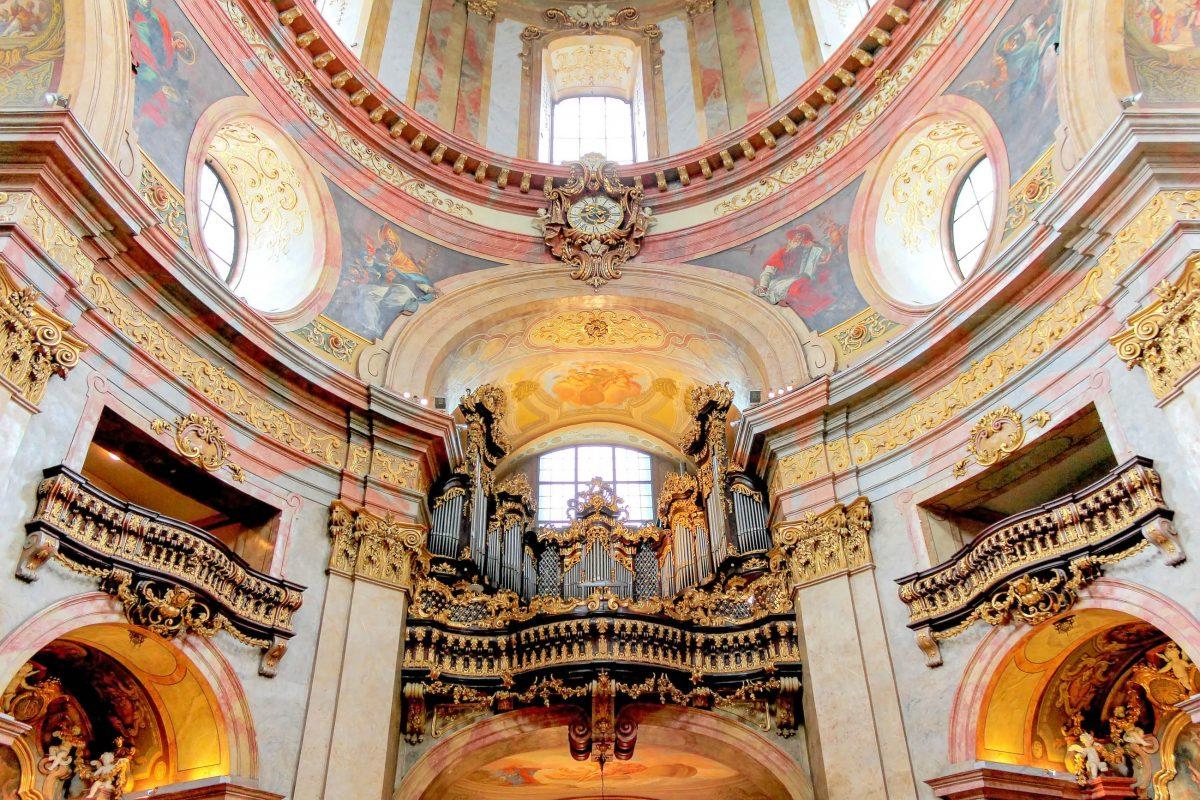 Mit ihren prachtvollen Fresken zählt die Peterskirche in Wien zu den bedeutendsten Kunstdenkmälern Österreichs - © Paolo Gianti / Shutterstock