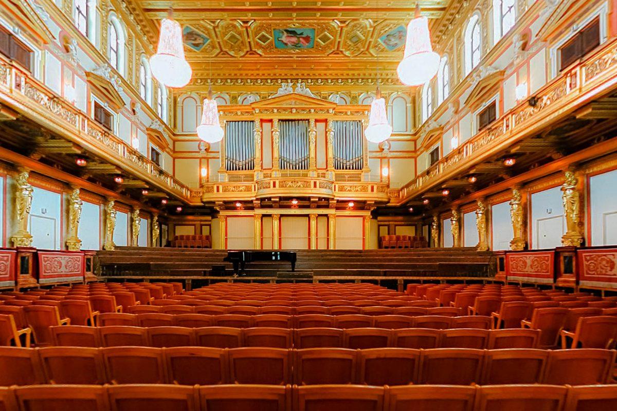 Neben der fantastischen Akustik ist der Große Saal im Musikverein in Wien mit seinen rot-goldenen Verzierungen auch architektonisch eine Augenweide, Österreich - © Clemens PFEIFFER CC BY-SA3.0/W
