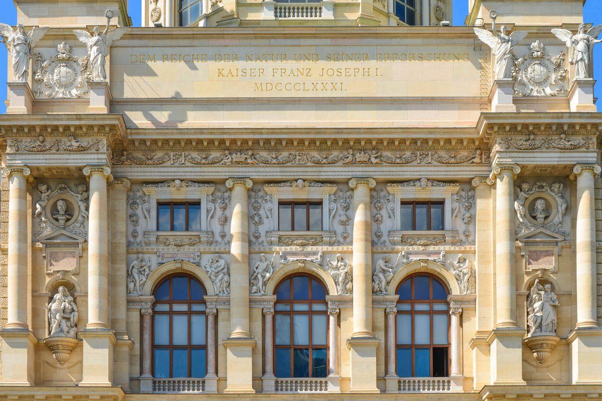 """Noch heute lautet die Inschrift aus dem Jahr 1881 am Museumseingang """"Dem Reiche der Natur und seiner Erforschung - Kaiser Franz Josef I. – MDCCCLXXXI., Naturhistorisches Museum, Wien, Österreich - © FRASHO / franks-travelbox"""
