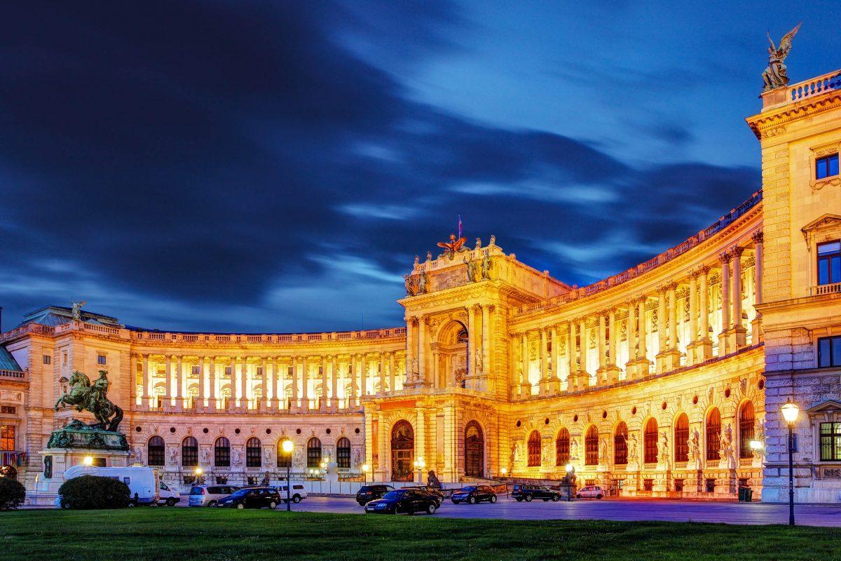 Prachtvolle Festbeleuchtung der Neuen Burg, Teil der Wiener Hofburg am Heldenplatz, Österreich - © TTstudio / Shutterstock