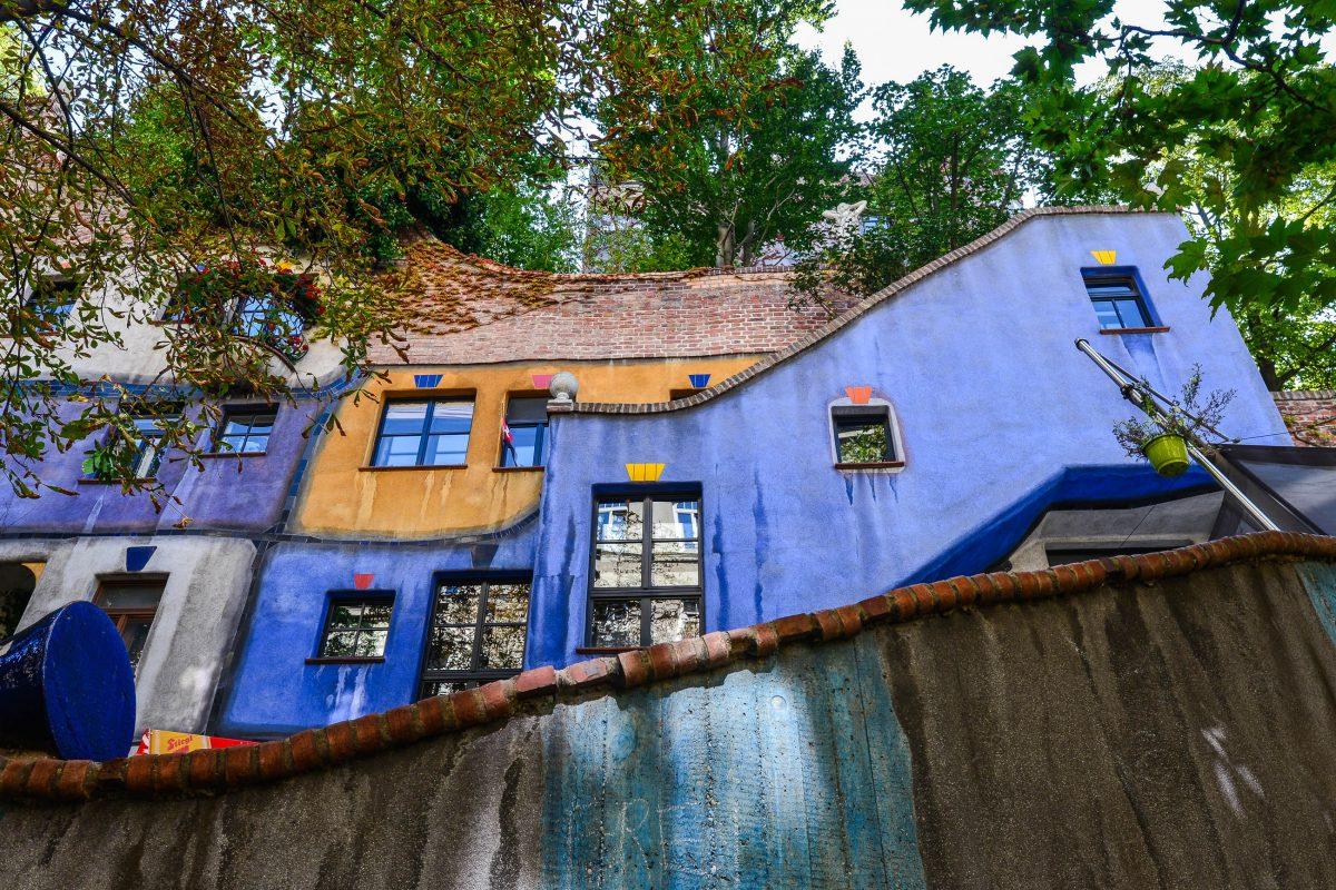 Schon von weitem fallen die geschwungenen Linien, die farbige Fassade und die bunt umrahmten Fenster des Hundertwasserhauses ins Auge, Wien, Österreich - © FRASHO / franks-travelbox