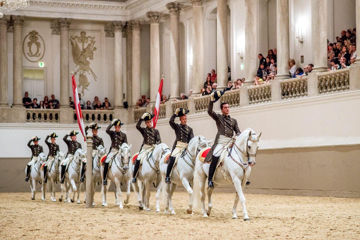 Schulquadrille bei einer Reit- und Dressur-Aufführung in der Spanischen Hofreitschule, Wien, Österreich - © René vanBakel/Span.Hofreitsch.