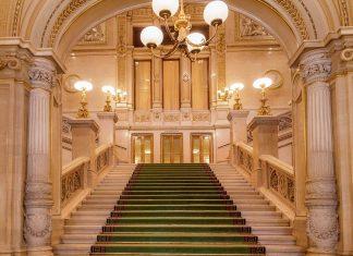 Über die prunkvolle Haupttreppe der Wiener Staatsoper gelangen die Besucher zu den Logen, Österreich - © Javier Martin / Shutterstock
