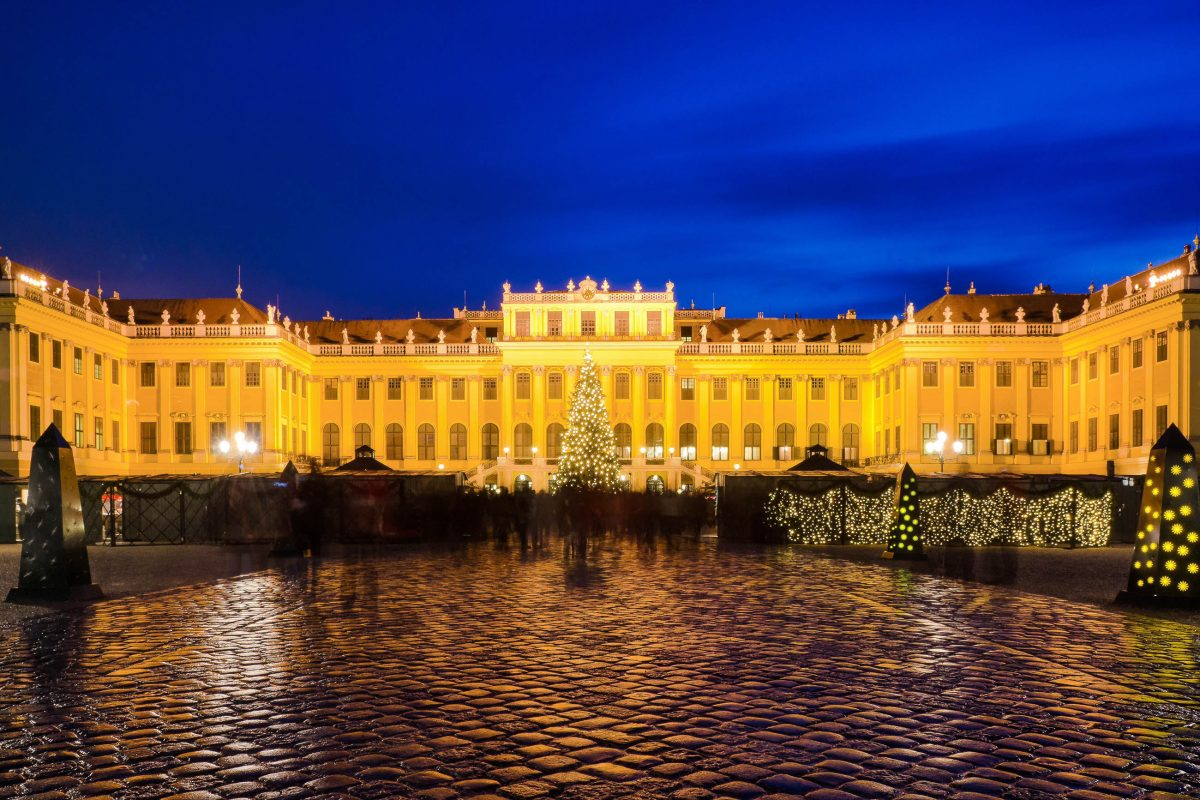 Über eine Million Besucher besuchen jedes Jahr den Weihnachtsmarkt vor dem Schloss Schönbrunn, Wien, Österreich - © Andreas Koeberl / Shutterstock